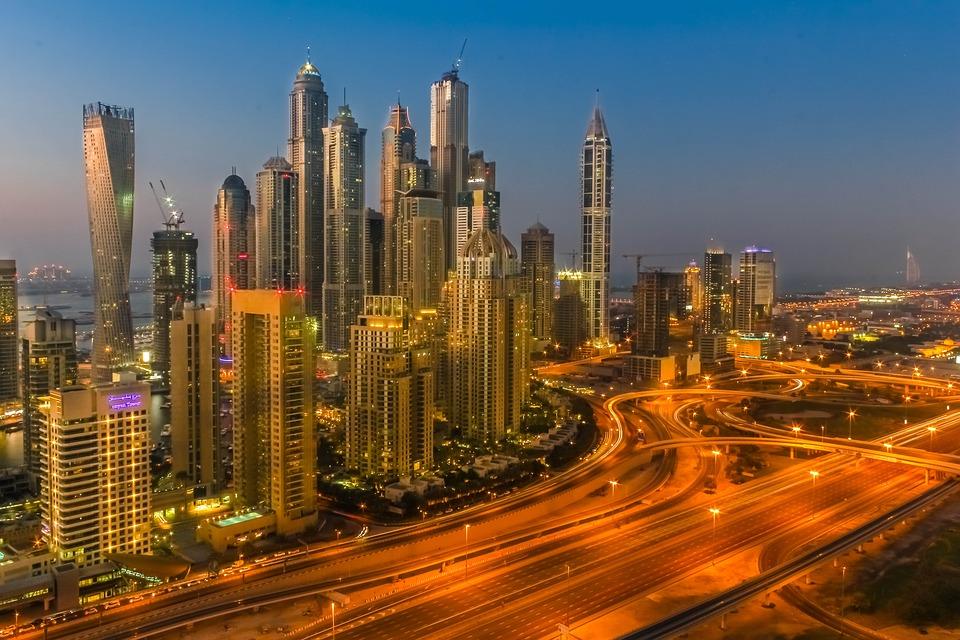 imagen nocturna de Dubái