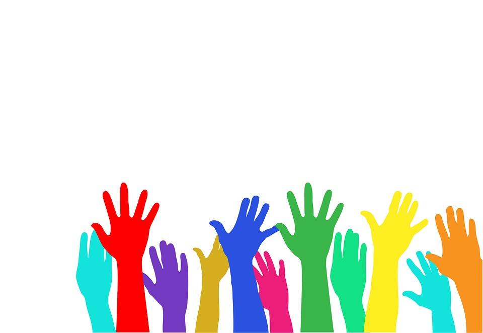 manos alzadas de colores