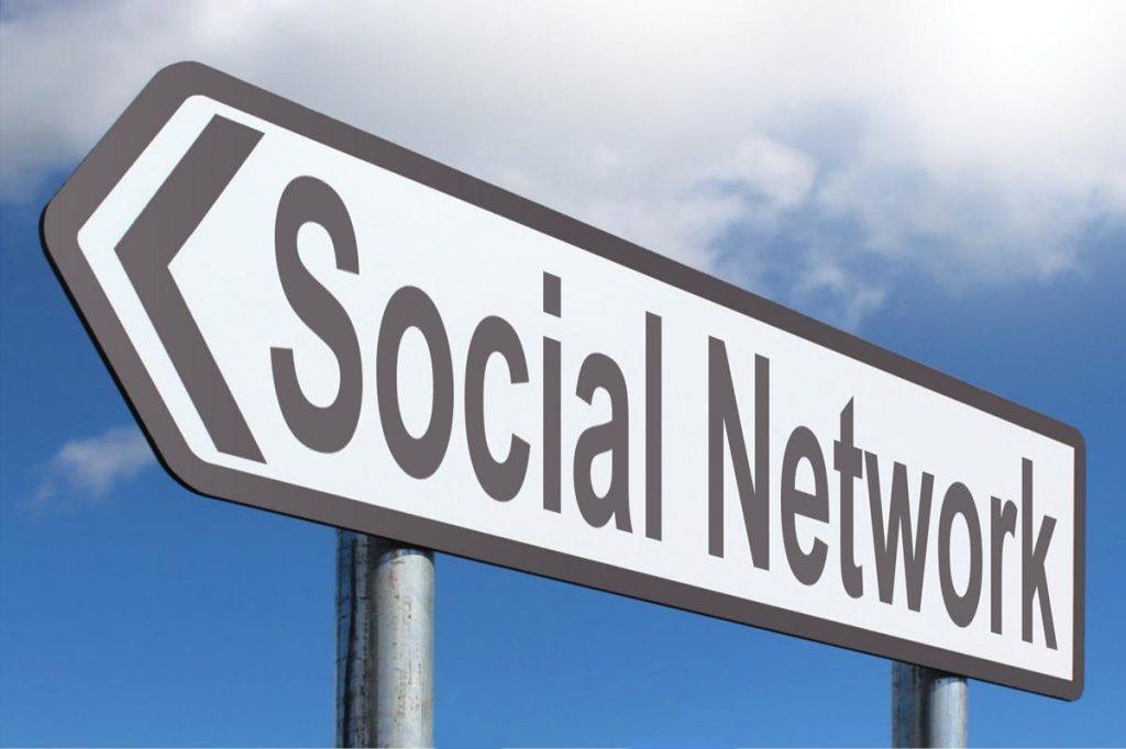 señal de tráfico indicando redes sociales