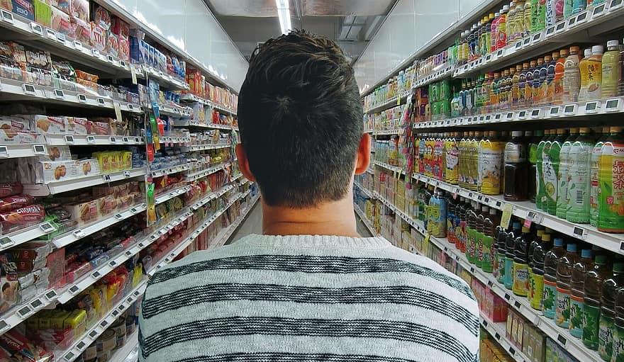 persona en pasillo de supermercado