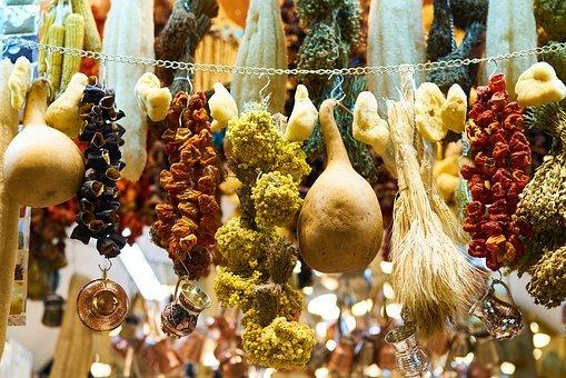 productos colgados de una cadena en un mercado